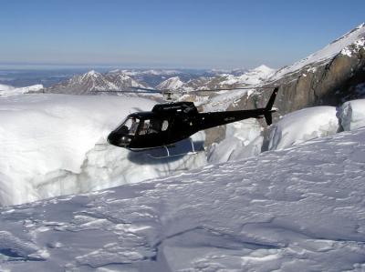 AS350 über einer Gletscherspalte bei der Blümlisalp