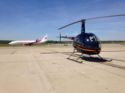 Der R22 HB-XZN am Flughafen Basel