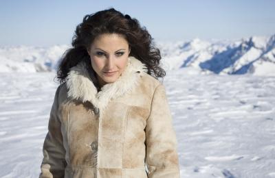 Claudia Öhler vor imposanter Bergkulisse