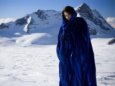 Claudia Öhler in glizerndem Blau