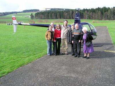 Familie Bühlmann anlässlich eines Geburtstags vor dem HB-XZN Beromünster
