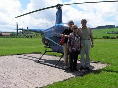 Familie Omlin vor dem generalueberholten R22