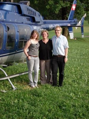 Familie Reihs vor dem Bell 407