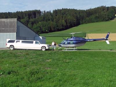 Fabian Reinarz mit Freundin in LSZO vor dem Jet Ranger mit Stretch-Limousine
