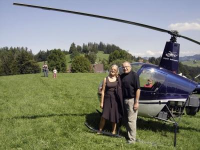 Herr und Frau Galeone vor dem R22 in Teufen