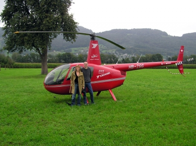 Julia Besewski vor R44 HB-ZGG