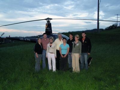 Famile Böbner vor dem HB-XZN in Entlebuch