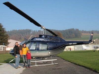 Michael Hartwich mit Familie vor dem Jet-Ranger