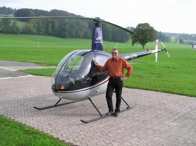 Peter Hartmann vor dem R22 beim Helipad