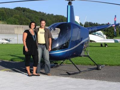 Sarah Pandolfi und Daniel Mellini vor dem R22 HB-XTQ