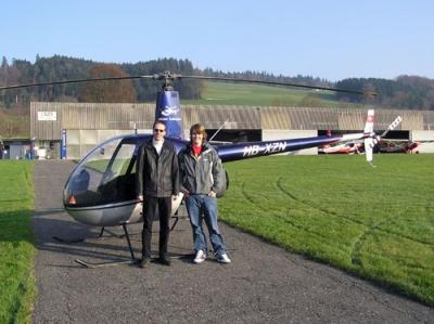 Simon Schneider und Andreas vor dem Robinson R22 in Beromuenster