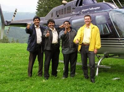Benjamin Becher mit indischen Kollegen in Teufen vor dem Jet-Ranger