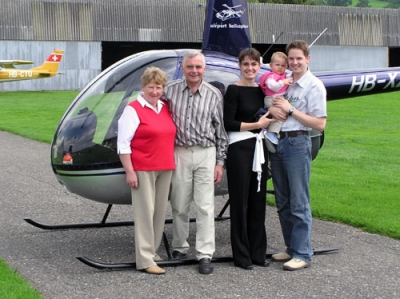 Famile Robbert vor dem HB-XZN in Beromünster