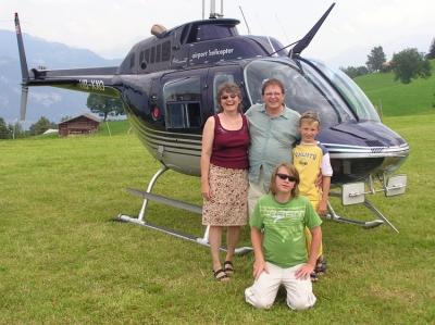 Famile Stäldi vor dem Jet Ranger HB- XXO bei der Chemihütte.