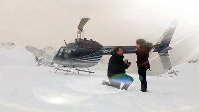 Heiratsantrag von Patrick Egloff und Sabrina gelandet auf dem Hüfi- und Claridenfirn.