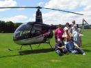 Sandra Büechel mit Familie vor dem HB-XZN auf dem Flugplatz Speck