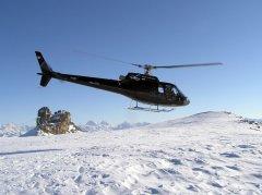 Eurocopter Ecureuil AS350 beim Start auf dem Glacier de Tsanfleuron