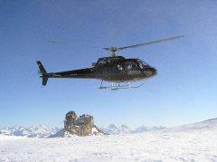 AS350 beim Landeanflug auf dem Glacier de Tsanfleuron