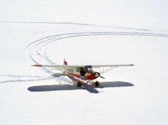 Ein Flugzeug nach der Landung auf dem Kanderfirn