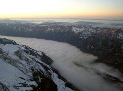 Der Brienzersee unter einer dicken Nebeldecke