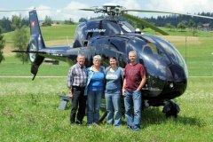 Familie Oesch vor dem EC120 beim Dream Valley Saloon
