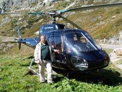 Harald Laurent vor dem AS350 beim Steingletscher